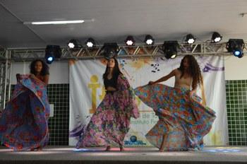 Alunas dançando no palco do ifestival
