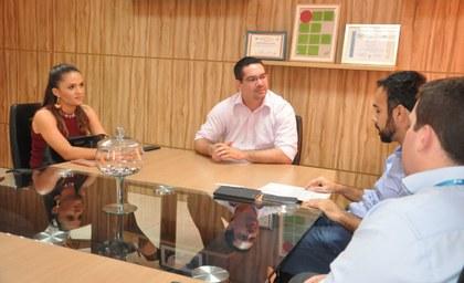 O Reitor reunido com três pessoas no seu gabinete.