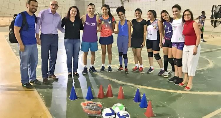 Estudantes recebem material esportivo
