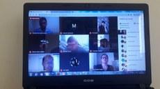 Pra cego ver: Foto da tela da videoconferência realizada para defesa da dissertação. Várias telas, com os participantes dessa banca. Fim da descrição.