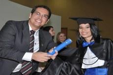 A imagem é do dia da sua colação de grau e mostra o professor Antonio da Luz Júnior, à época diretor do Campus Paraíso, entregando o canudo de formatura para Dhennya.