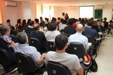 """Professora do IFPR ministrando a palestra: """"Os cursos de especialização 'lato sensu' como promotores de inovação tecnológica nos Institutos Federais""""."""