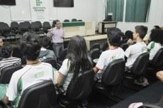 Reitor, durante conversa com representantes dos estudantes