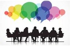 Pra cego ver: ícones representativos de pessoas reunidas em volta de uma mesa com vários balões, que representam diálogos,acima de suas cabeças. Fim da descrição.