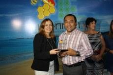 Secretária de Educação Profissional e Tecnológica entrega homenagem ao pró-reitor de Pesquisa e Inovação