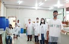 Pra cego ver: Foto da equipe de produção no laboratório. Fim da descrição.