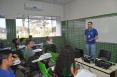 Professor Alcione Talaska durante aula no Campus Araguatins do Instituto Federal do Tocantins